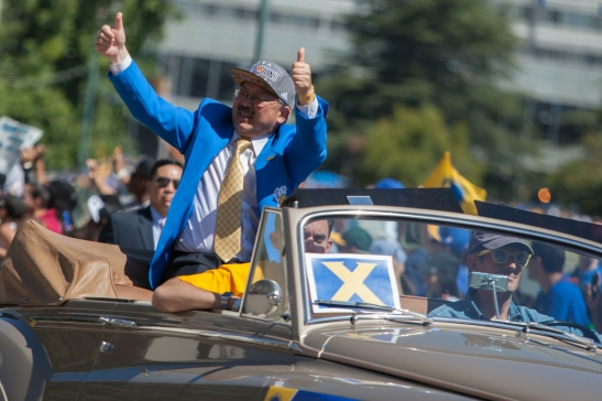 San Francisco Mayor Ed Lee gives Warriors fans two thumbs up during the team's victory parade in Oakland. (Photo by Khaled Sayed/Bay News Rising)